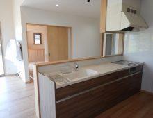吹き抜けに接する明るいキッチン:福岡・北九州のハウスメーカー株式会社イコーハウス