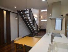 小倉南区新築注文住宅 ダイニング・キッチンから階段吹抜:福岡・北九州のハウスメーカー株式会社イコーハウス