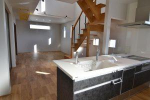 キッチンから階段吹抜・リビング:福岡・北九州のハウスメーカー株式会社イコーハウス
