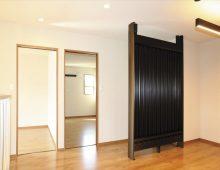 階段を上がって見える2階の居室ドアと趣味スペース:福岡・北九州のハウスメーカー株式会社イコーハウス