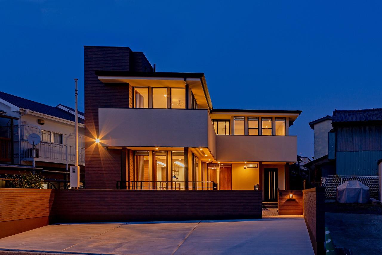 北九州 大窓のハイクラス戸建て新築注文住宅外観オーガニックハウスブランド夕景 イコーハウス
