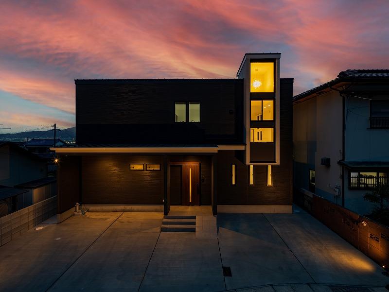北九州 大窓の新築注文住宅外観 夕景 オーガニックハウスブランド イコーハウス